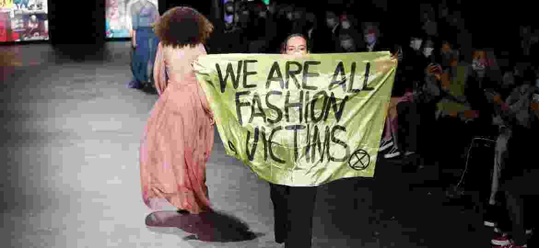 Manifestante do desfile da Dior na Semana de Moda de Paris, em 2020 - Estrop/Getty Images