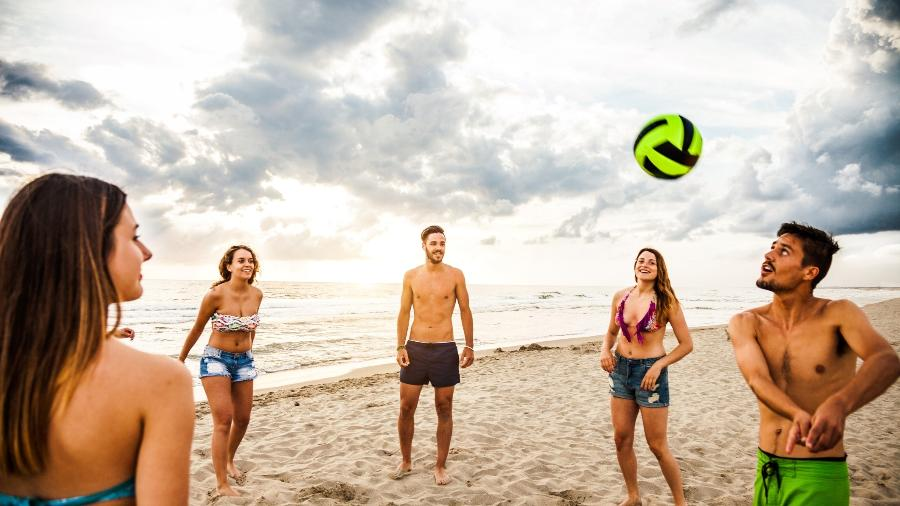 Vôlei de praia é um dos esportes mais praticados no verão - Getty Images