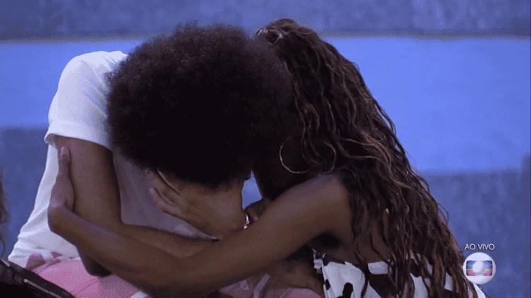 João chora após revelar fala racista do cantor Rodolffo no jogo da discórdia e é consolado por Camilla de Lucas - Reprodução/Globoplay - Reprodução/Globoplay