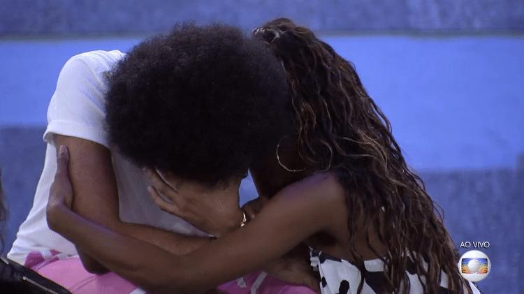 BBB 21: João chora no jogo da discórdia e é consolado por Camilla - Reprodução/Globoplay - Reprodução/Globoplay