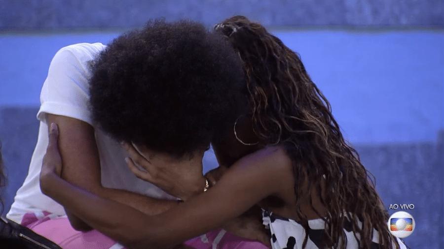 BBB 21: João chora no jogo da discórdia e é consolado por Camilla - Reprodução/Globoplay