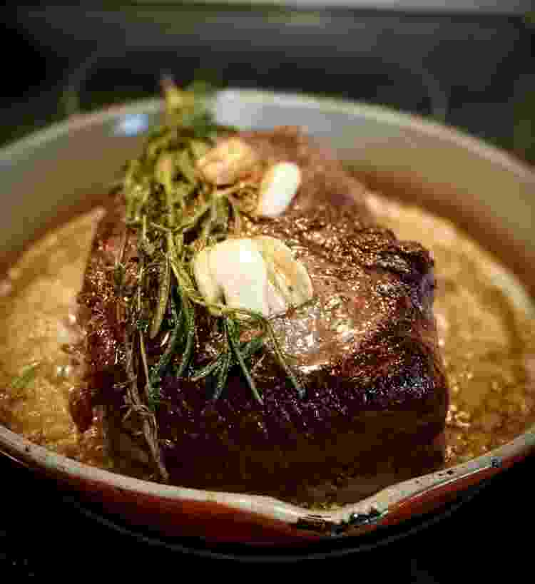Manteiga e alecrim fazem um bife digno de restaurante - Zach Dokuchic/EyeEm/Getty Images - Zach Dokuchic/EyeEm/Getty Images