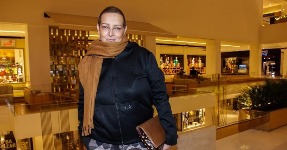 17.jul.2015 - A atriz Betty Lago, 59 anos, passeou com o namorado Clovys Torres em um shopping de São Paulo. Com os cabelos raspados, a atriz disse que o namorado está ajudando a enfrentar o câncer