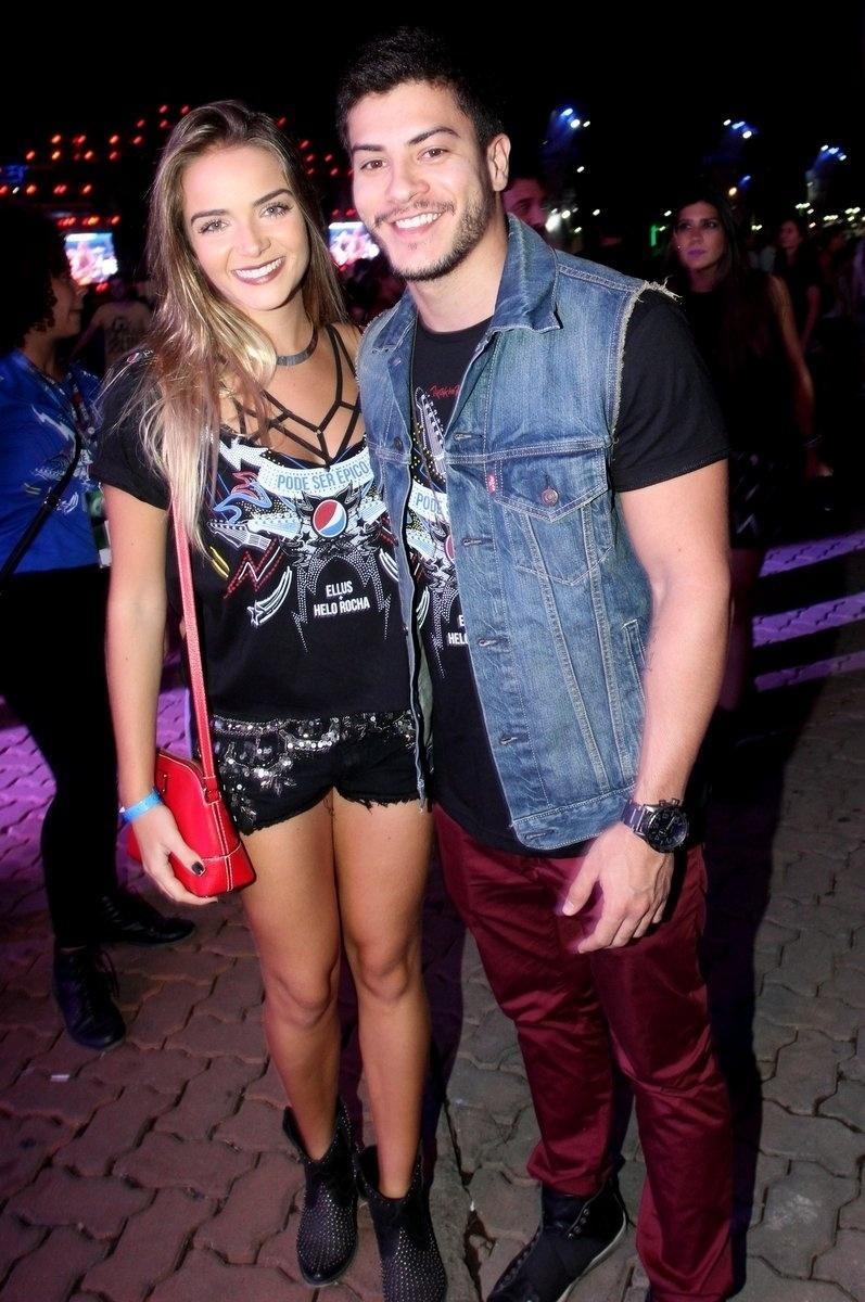 18.set.2015 - Arthur Aguiar posa ao lado da namorada, a atriz Camila Mayrink