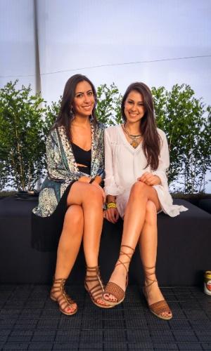 23.jan.2016 - As amigas Camila Izziddine 25, empresaria e Marcelle Laurino 24, administradora, escolheram um look sofisticado para curtir a noite no CarnaUOL, em São Paulo.