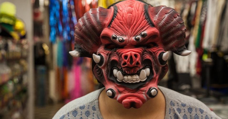 A opção de máscara de diabo custa R$ 49 na loja Puppet´s (Rua 25 de Março, 641 L10 ? Centro/SP)