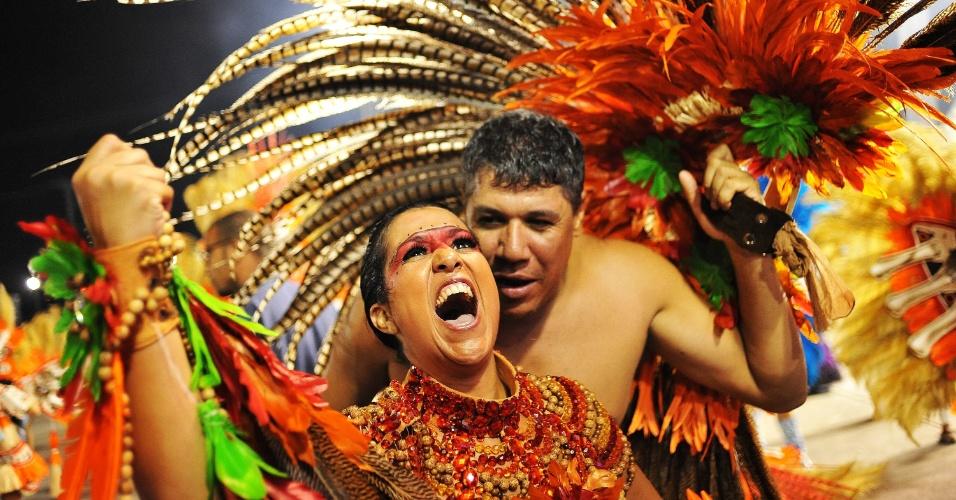 6.fev.2016 -Integrantes comemoram o fim do desfile da Unidos de Vila Maria, que aconteceu na madrugada deste sábado