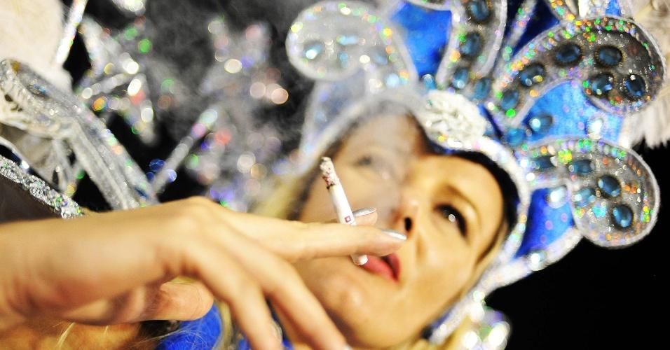 7.fev.2016 - Integrante aproveita para fumar um cigarro na dispersão da Unidos do Peruche