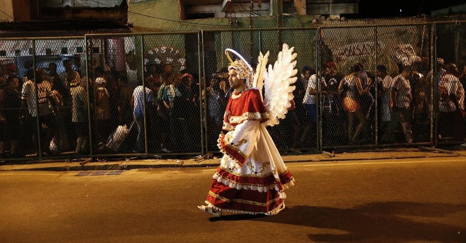 8.fev.2016 - Integrante deixa a Sapucaí fantasiado