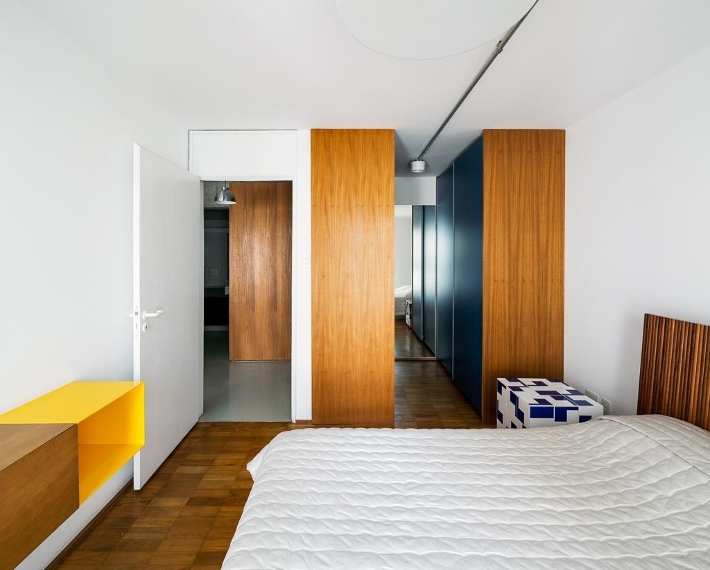 No quarto o piso original de madeira foi mantido e as paredes brancas criam a base perfeita para as pitadas de cor que descontraem o espaço reformado pelo arquiteto Takuji Nakashima, em São Paulo