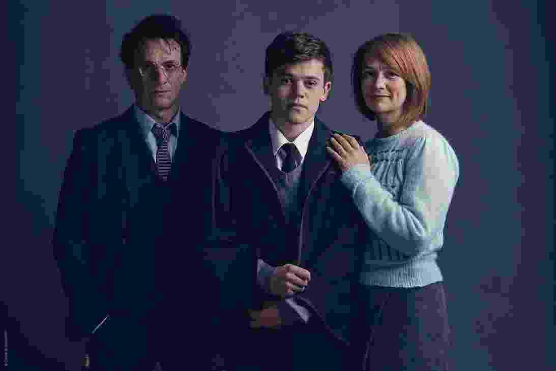 Mais velho e sério, Potter (Jamie Parker) agora trabalhar no Ministério da Magia e vive com sua mulher, Gina Weasley (Poppy Miller), e três crianças em idade escolar. Nas fotos, o casal aparece com o filho mais novo, Alvo (Sam Clemmet), que lidera a nova aventura - Harry Potter Theatrical Productions