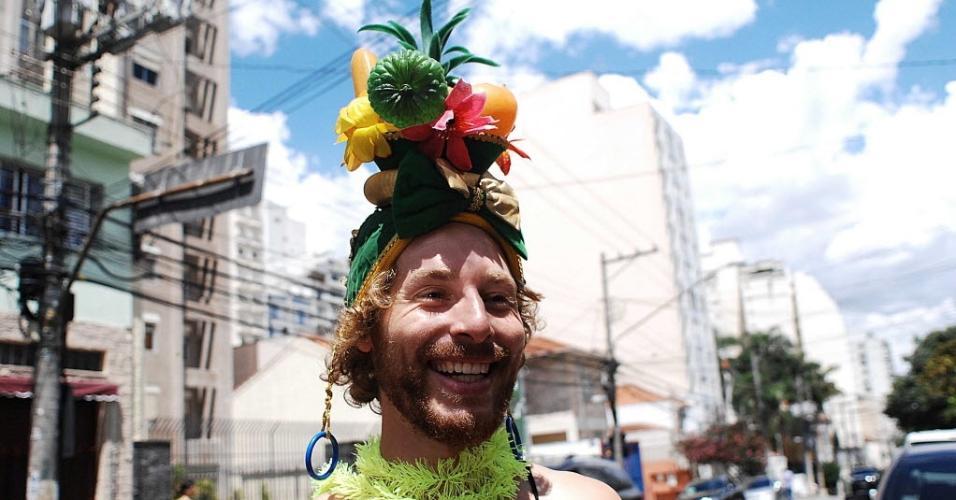 Fantasiado de Carmem Miranda, o alemão Yunes Qasem se prepara para curtur pela primeira vez o carnaval brasileiro