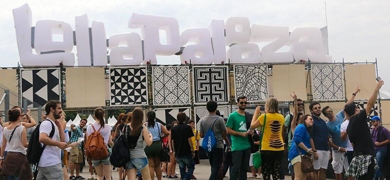 Pessoas fazem selfies em frente à entrada do festival Lollapalooza Brasil 2015, no Autódromo de Interlagos - Marcelo S. Camargo/Folhapress