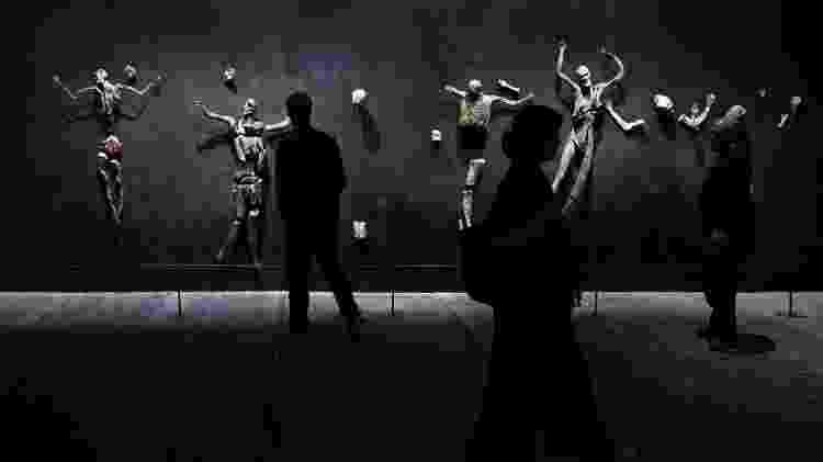 "Visitantes observam a obra ""Imitação de Cristo"" de Roberto Cuoghi, na Bienal de Veneza deste ano - Stefano Rellandini/Reuters - Stefano Rellandini/Reuters"