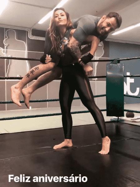 Sabrina Sato carrega Mauro Xuxa nas costas - Reprodução/Instagram/sabrinasato