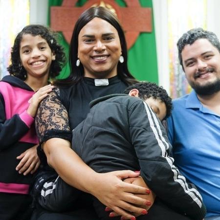 Alexya com os filhos e marido Roberto, com quem está desde 2009 - Isadora Brant/BBC Brasil