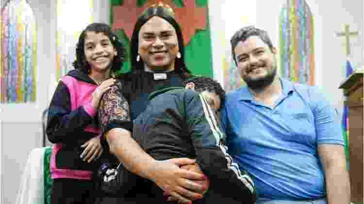 Alexya e o marido, Roberto, são pais de Gabriel, de 16 anos; Ana, de 15; e Dayse, de 9, que ainda não teve o processo de adoção concluído e, por isso, não pode aparecer nas fotos - Isadora Brant/BBC Brasil - Isadora Brant/BBC Brasil