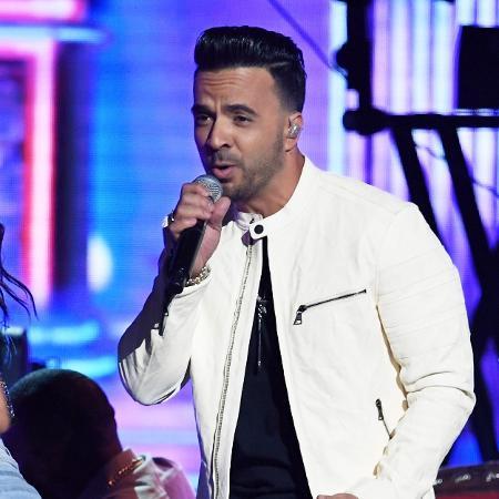 """Luis Fonsi apresenta """"Despacito"""" no palco do Grammy 2018 - Getty Images"""