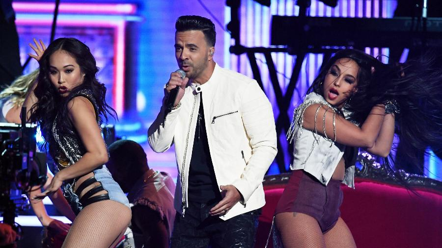 "Luis Fonsi apresenta ""Despacito"" no palco do Grammy 2018 - Getty Images"