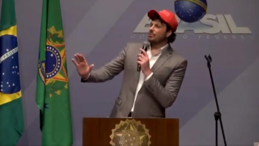 """Danilo Gentili durante show """"Politicamente Incorreto"""" em Curitiba - Reprodução/Twitter"""