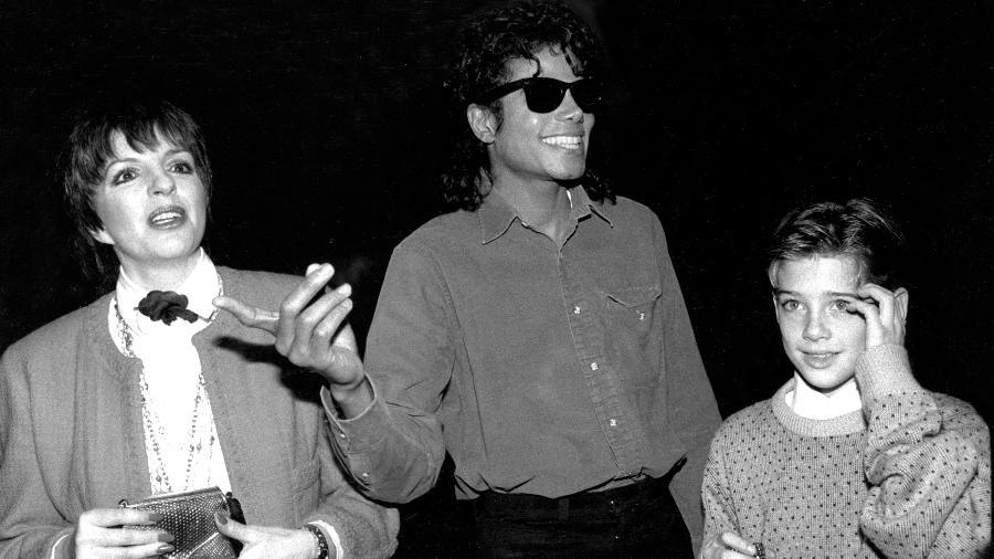 """Liza Minelli, Michael Jackson e Jimmy Safechuck deixam um teatro em 1988 após assistir ao musical """"O Fantasma da Ópera"""", em Nova York - Richard Corkery/NY Daily News Archive via Getty Images"""