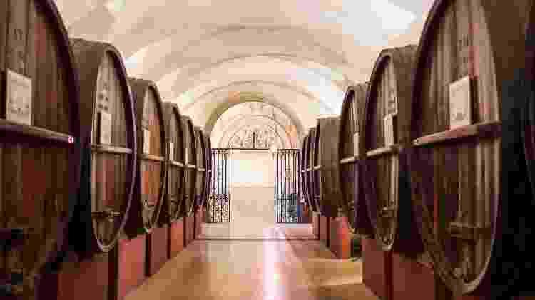 Barris de vinho dão boas-vindas aos visitantes no começo do passeio nas Caves Patriarche - ANNEEMMANUELLE_THION/Caves Patriarche