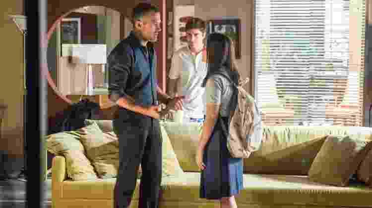 Mel Maia, Malvino Salvador e Guilherme Leicam em A Dona do Pedaço; a estudante tem conflitos com o pai ao saber que ele é gay - Globo/Paulo Belote