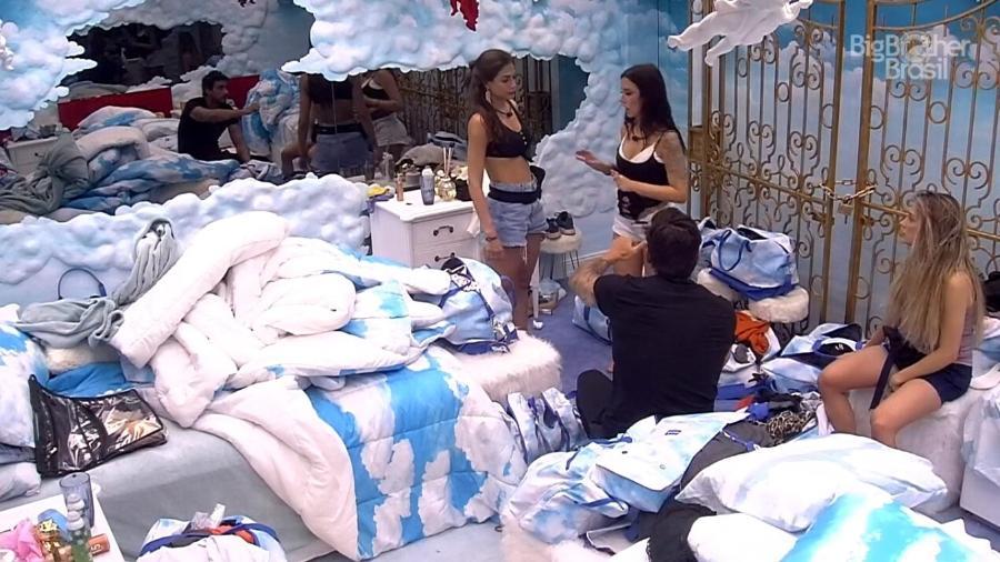 Bianca procura por seus pertences antes do fim da festa - Reprodução/Globoplay