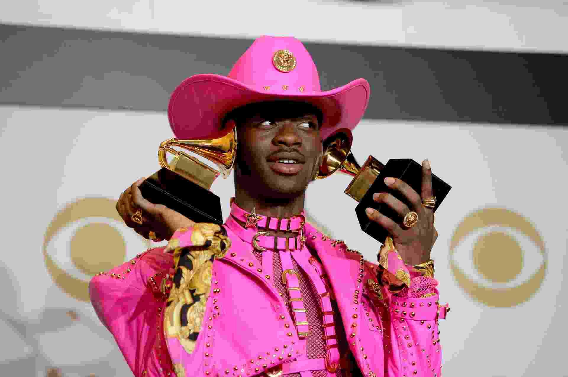 Lil Nas X exibe seus dois primeiros Grammys da carreira, conquistados no Grammy 2020 por Old Town Road - Amanda Edwards/Getty Images