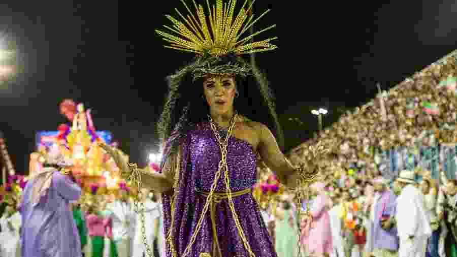 Evelyn Bastos, rainha de bateria da Mangueira, desfila representando Jesus - Júlio César Guimarães/UOL
