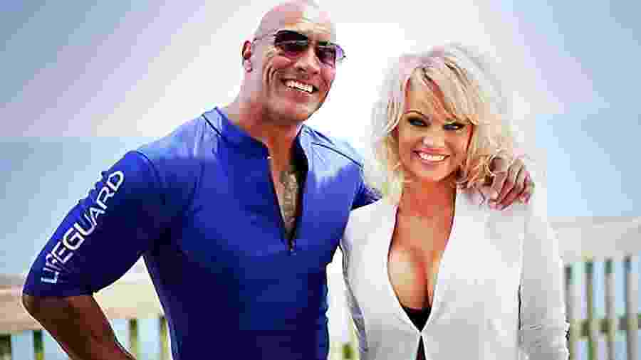 "Pamela Anderdon (à dir.) posa com Dwayne ""The Rock"" Johnson no set de ""Baywatch: S.O.S. Malibu"" (2017) - Reprodução"