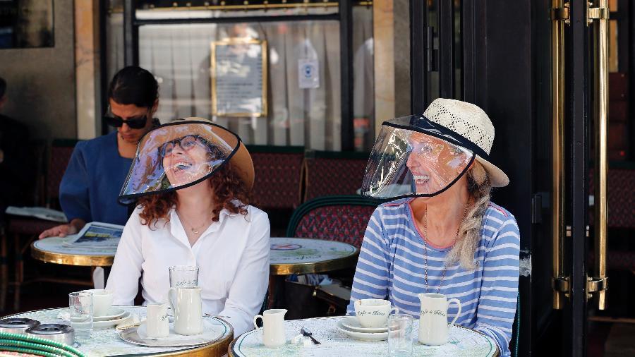 Duas mulheres tomando café da manhã no Cafe de Flore em Paris, na França - Chesnot/Getty Images