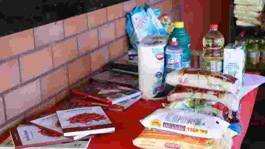 As doações no Morro do Preventório, no Rio, incluíam também livros, além de produtos comprados nos comércios locais - Divulgação