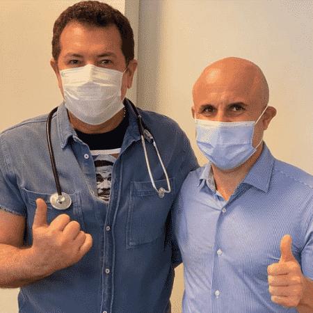 Beto Barbosa (à esq.) posou com o oncologista Fernando Maluf para comemorar resultado de tratamento contra o câncer - Reprodução/Instagram/@betobarbosa