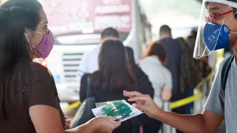 Voluntários distribuem máscaras PFF2 em terminais de ônibus em Blumenau (SC) - Ian Giacomozzi/ Blumenau pela Vida