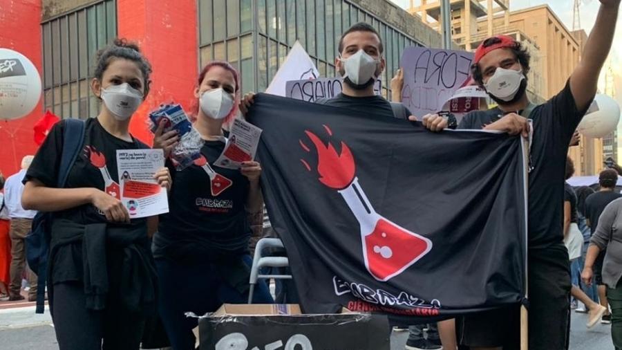 Educadores aproveitam distribuição de máscaras para levar conhecimento científico à população - Embraza/Felipe Dias