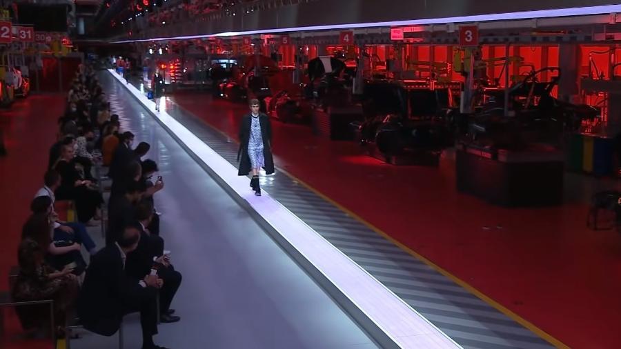 Desfile de moda na fábrica da Ferrari - Reprodução