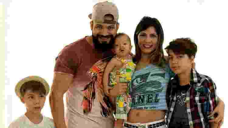 A psicopedagoga Thais dos Santos com o marido Beto, e os filhos, Gui, Ale e Jacoby: neném nasceu intersexo  - Arquivo pessoal - Arquivo pessoal