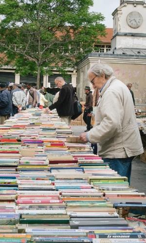 A feira Aligre tem livros e opções de comida em conta para quem visita Paris