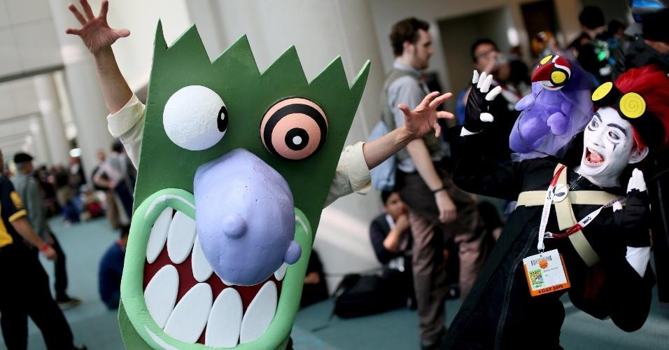 9.jul.2015 - Brandon Moriesta (a direita) interage com um cosplayer na San Diego Comic-Con, na Califórnia