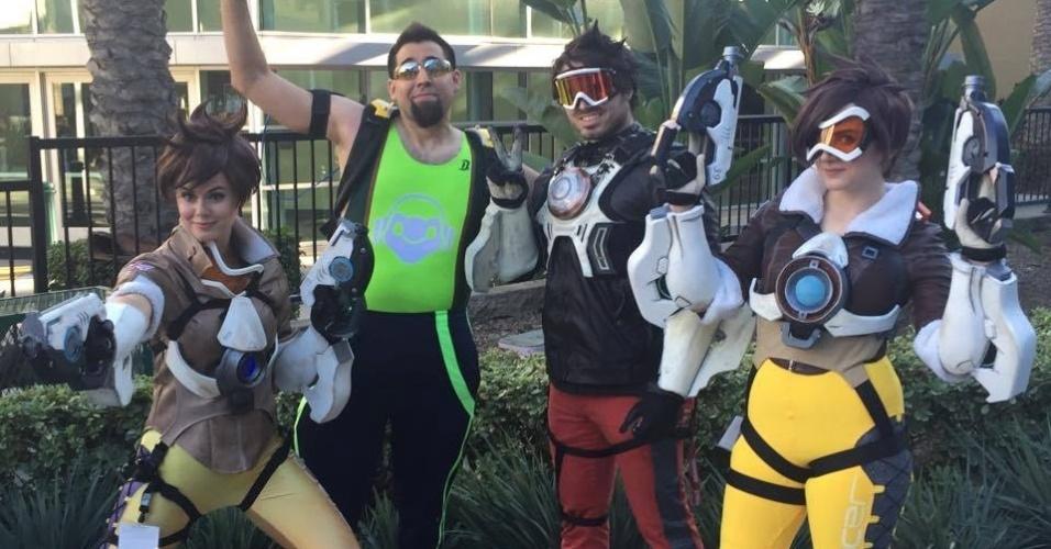 Cosplayers vestidos como personagens do jogo de tiro