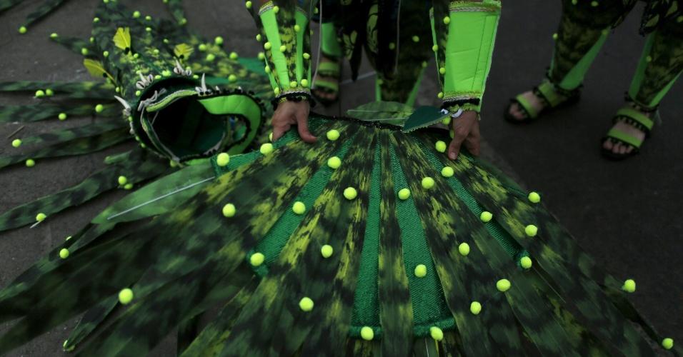 7.fev.2016 - Folião prepara fantasia para o primeiro dia de desfiles das escolas de samba do Grupo Especial de Rio de Janeiro. Primeira escola a entrar na avenida é Estácio de Sá