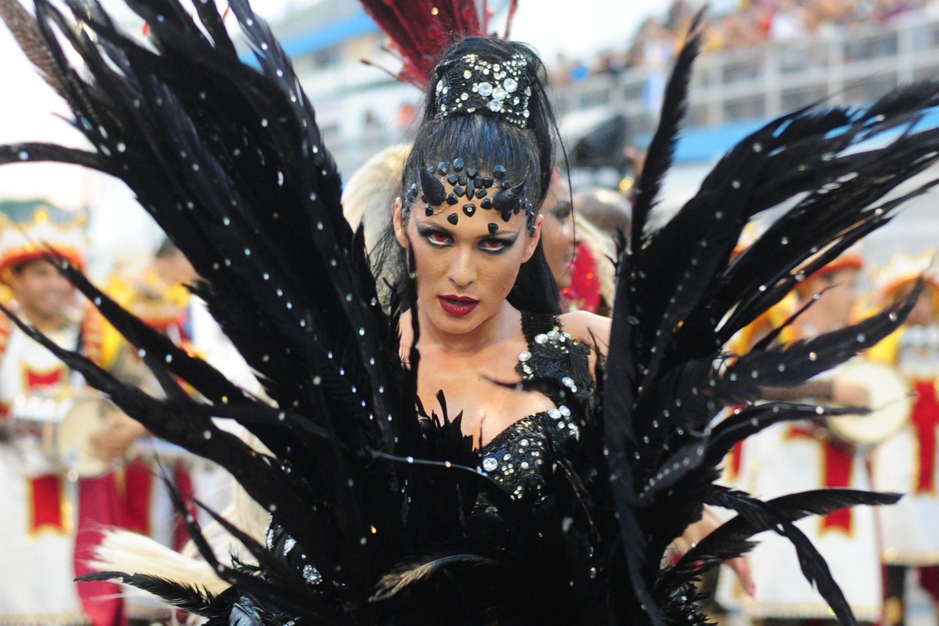 13.fev.2016 - Lívia Andrade desfila com a Império de Casa Verde, campeã do Carnaval 2016 de São Paulo