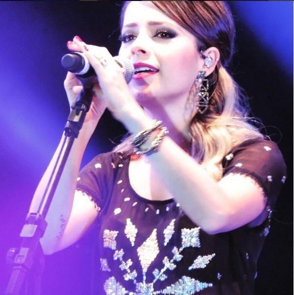 Sandy apareceu com a tatuagem no braço no show que fez com a família Lima em Caxias do Sul