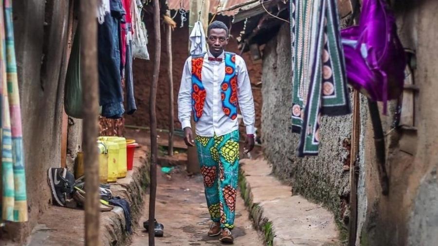 Look criado por costureiras da favela de Kibera, no Quênia - BBC