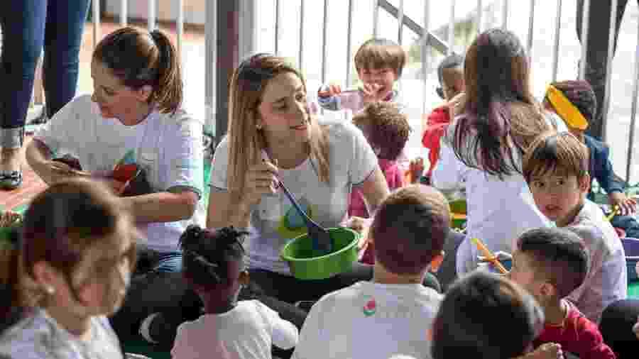 Fernanda Gentil entre as crianças atendidas pelo projeto Caslu - Divulgação