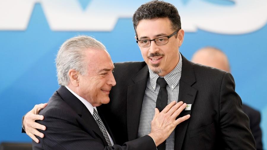 25.jul.2017 - Sérgio Sá Leitão é cumprimentado pelo presidente Michel Temer ao tomar posse como ministro da Cultura - AFP