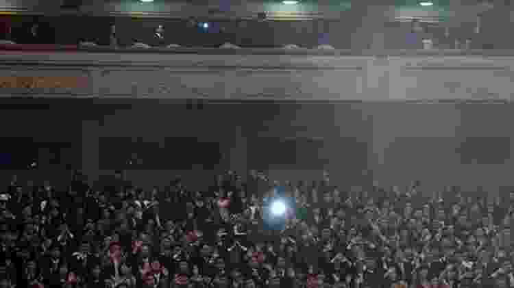Centenas de pessoas compareceram à casa de shows para ver os artistas da Coreia do Sul  - EPA - EPA