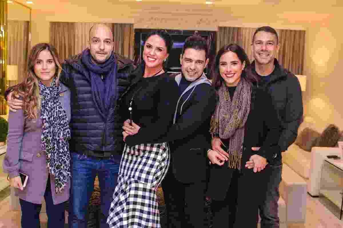 Acompanhadas dos maridos, Camilla Camargo e Wanessa posam com o pai Zezé Di Camargo e Graciele Lacerda em jantar para comemorar o aniversário de 56 anos do cantor em São Paulo - Ag.News