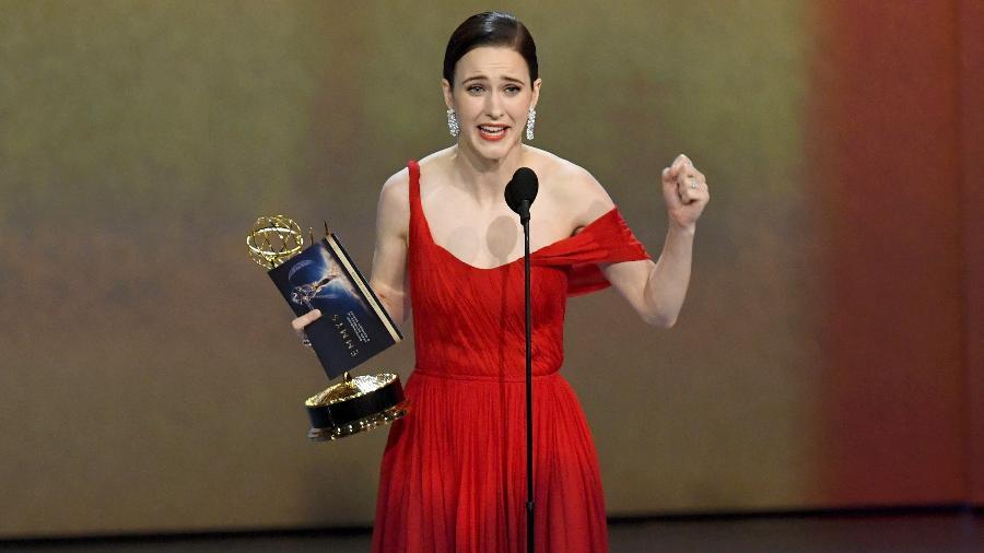 """Rachel Brosnahan, protagonista de """"The Marvelous Mrs. Maisel"""", recebe o prêmio de melhor atriz de comédia pela série na 70ª edição do Emmy - Kevin Winter/Getty Images"""